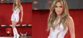 Jennifer Lopez chose to perform in Versus Versace