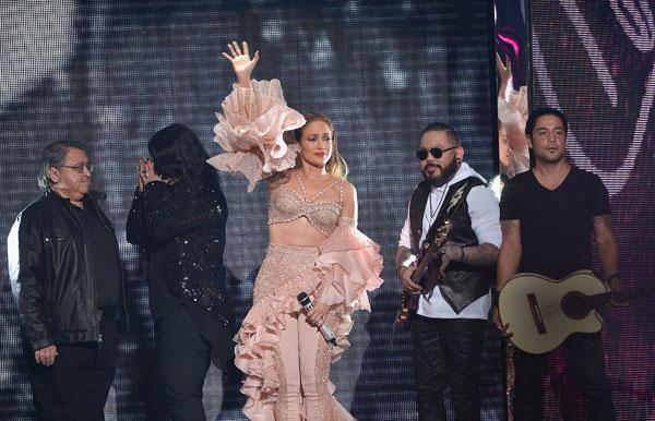 Jennifer Lopez chose to perform a tribute to Selena wearing Versace